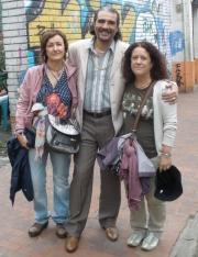 Con dos fans españolas que pasaban por el rodaje de la serie. Casualidades.